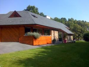 Maison bois : Red Cedar, Ardoise verte d'Argentine et pierre apparente