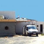 Maison Organique bois et thermopierre  vue nord au stade de la réalisation de la couverture en zinc