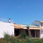 Maison Organique bois et thermopierre  vue sud au stade de la réalisation de la couverture en zinc bilaqué