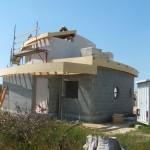 Maison Organique bois et thermopierre en Vendée vue nord-est du cellier et du garage réalisés en agglomérés de ciment