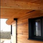 Maison Organique bois et thermopierre en Vendée vue rasante de la façade sud -ouest bardée en red cedar