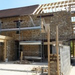 20 juin 2015 - La structure bois de la grande véranda est en place - la réalisation des murs des galeries vitrées est en cours