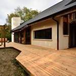 La terrasse bois réalisée par le propriétaire accompagne harmonieusement le mouvement architectural