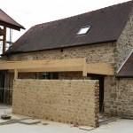 8 Juillet 2015 - la structure bois des vérandas courantes est en place et la réalisation des joints de pierre est en cours